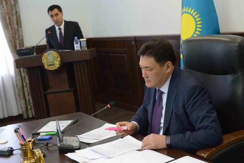 Аким Бакауов раскритиковал выдачу спецразрешений для разбивающих дороги большегрузов