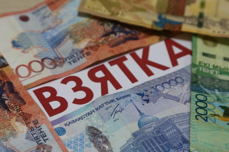 3,5 млн штрафа выплатит в Атырау сотрудник колонии за взятку