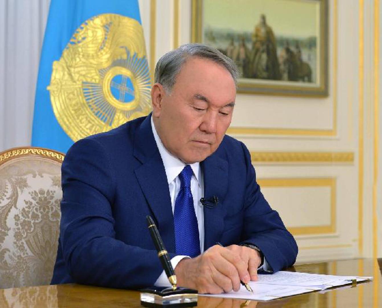 纳扎尔巴耶夫总统签署宪法修正案
