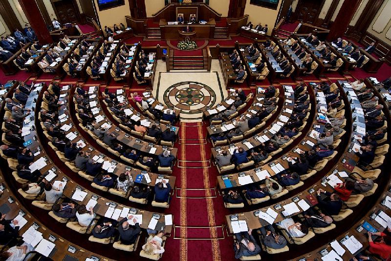议会正式批准宪法修正案