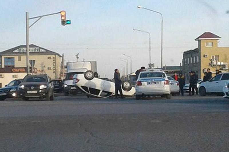 Автомобиль дорожно-патрульной службы попал в аварию в Атырау