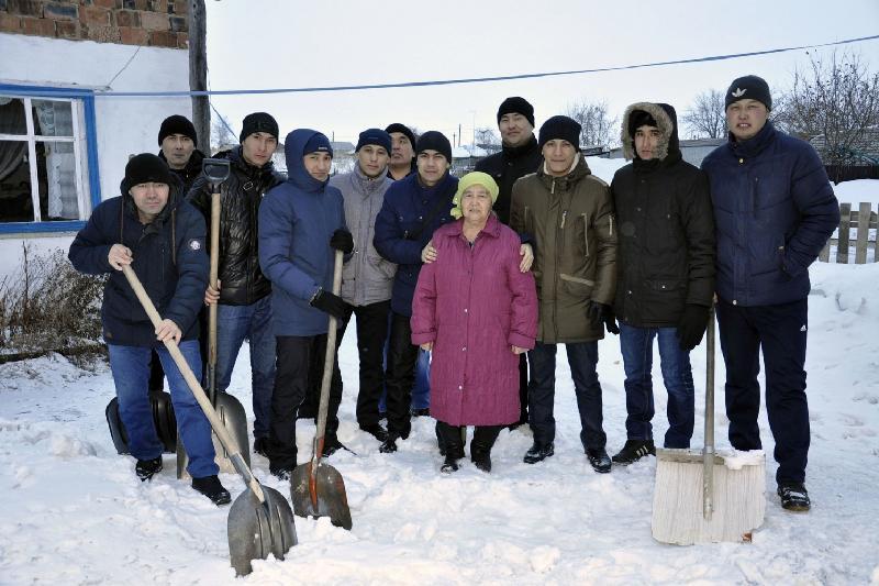 Одинокие старики в Аксу получили неожиданную помощь от волонтеров местного завода