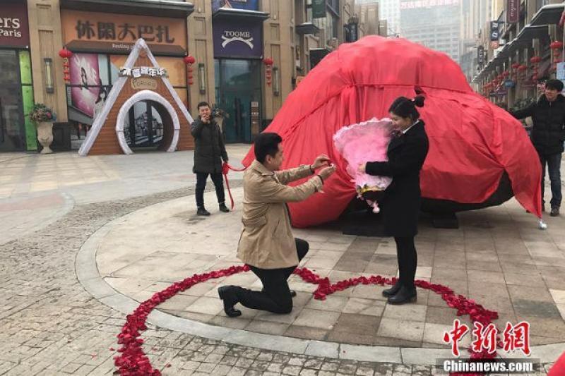 Қытайлық азамат сүйіктісіне сөз салу үшін 33 тонналық тас сатып алды