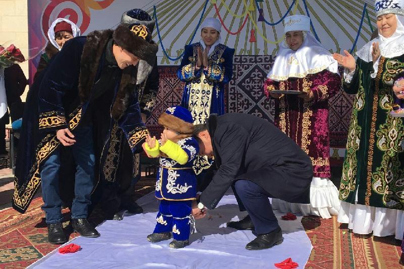 Аким Павлодарской области провел обряд тусаукесер