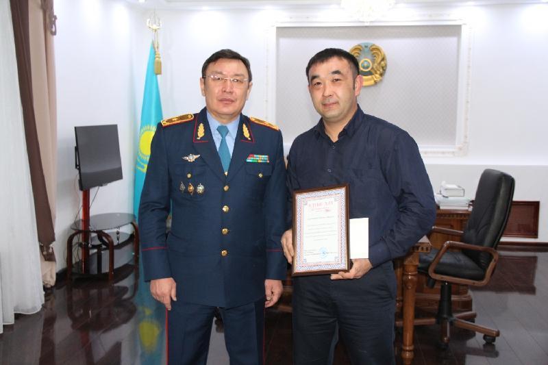 Задержавшего квартирного вора таксиста наградили в Павлодаре