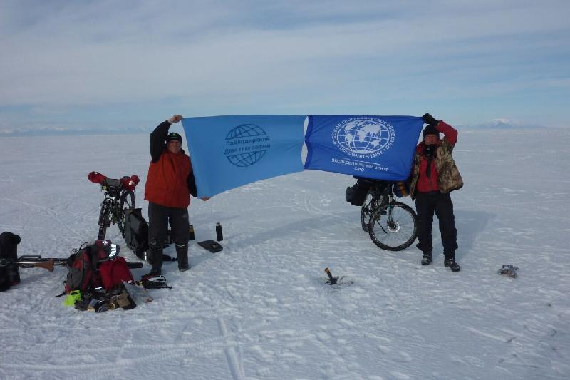 Над глубочайшим местом Байкала подняли флаг Павлодарского Дома географии