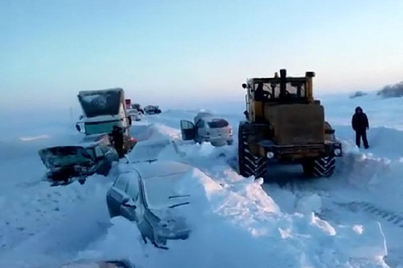 Более 20 человек эвакуировали из снежного затора в Восточном Казахстане