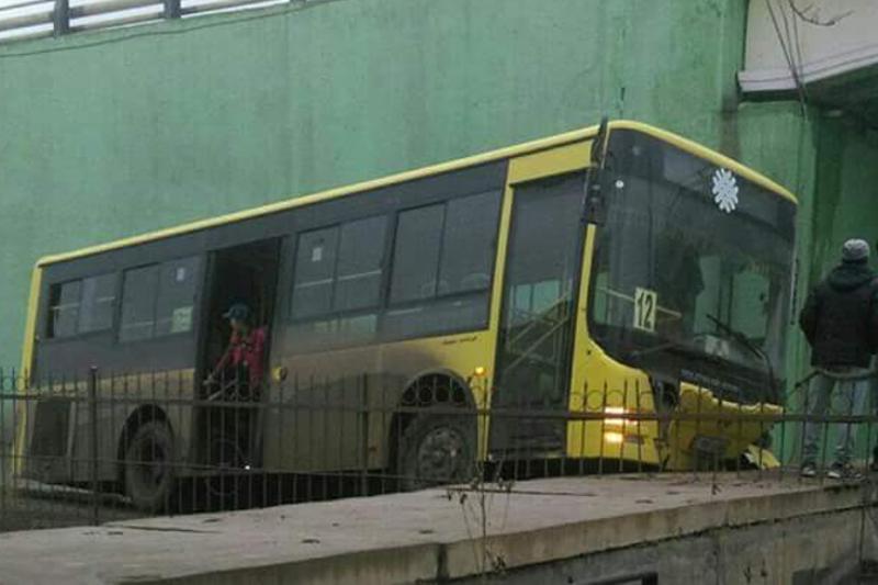Атырауда автобус бетон қоршауға соғылды