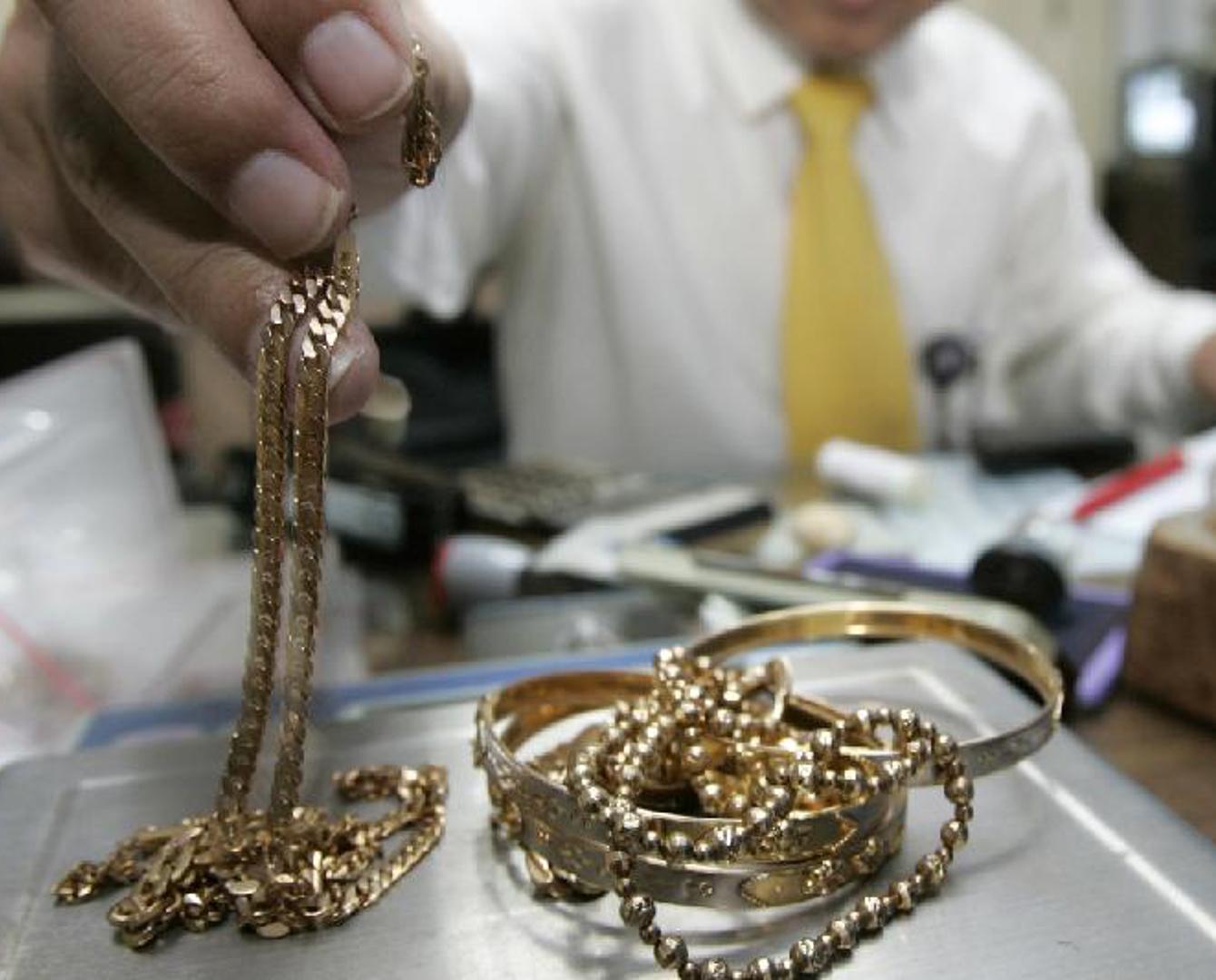 Покупать золото в ломбарде ли стоит первомайская часы работы ломбард