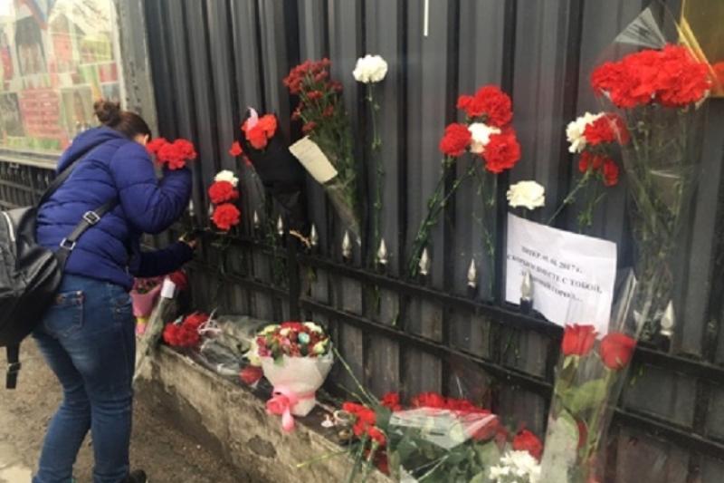 Алматинцы несут цветы к Генконсульству России