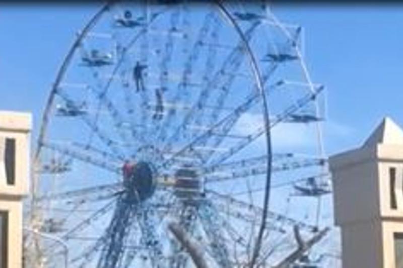 В Павлодаре задержали забравшихся на колесо обозрения экстремалов