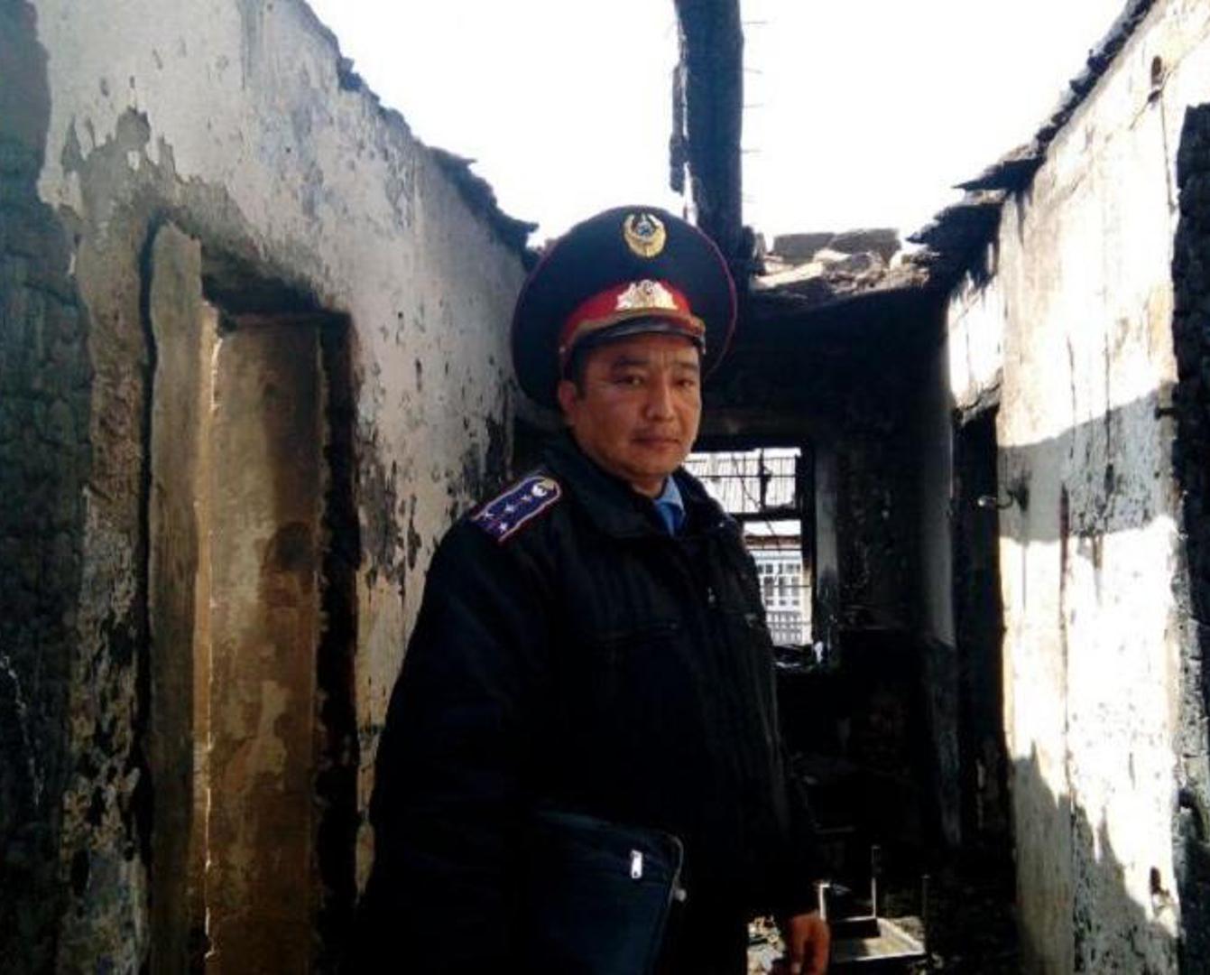 Троих сельчан спас при пожаре павлодарский полицейский