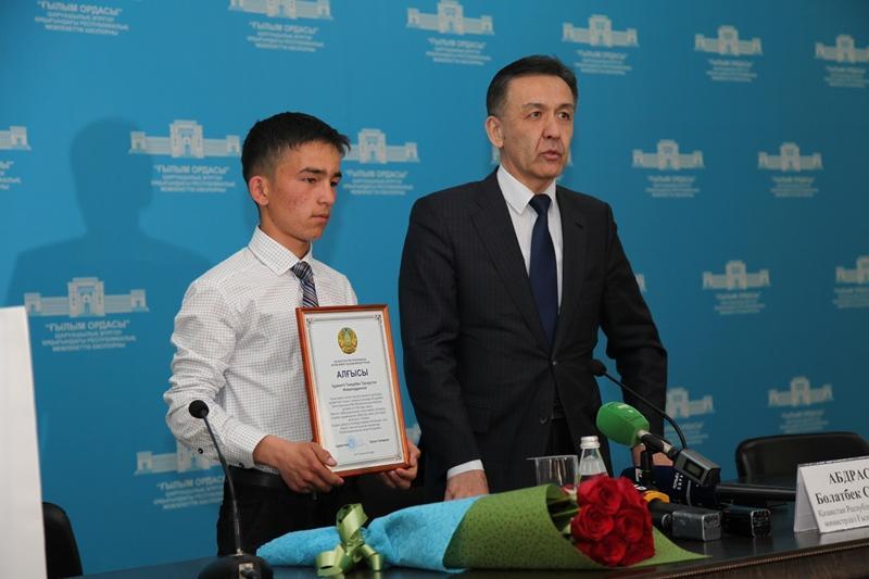 Школьника наградили в Алматы за спасение девочки от изнасилования