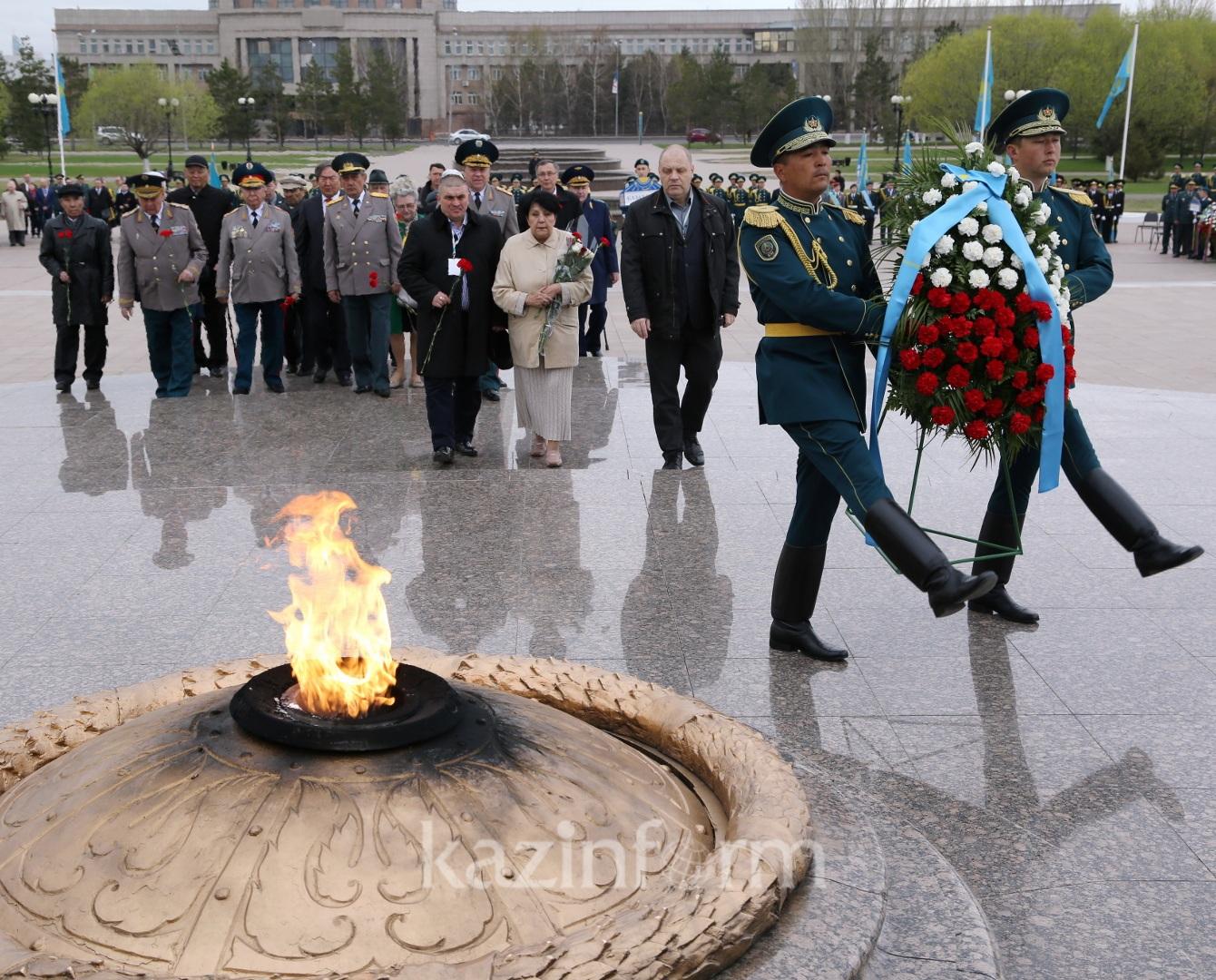 15 стран в память Великой Победе возложили цветы в Астане