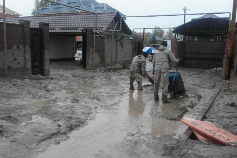 В подтопленном районе Алматы устраняют последствия паводка