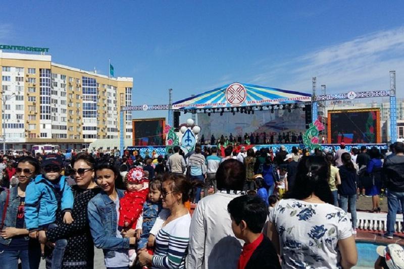 Атырауцы отметили 1 Мая на главной площади города