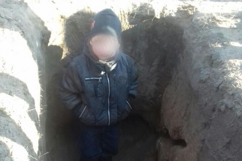 В Павлодаре просидевшего несколько дней в яме 4-летнего Артура забрали у матери