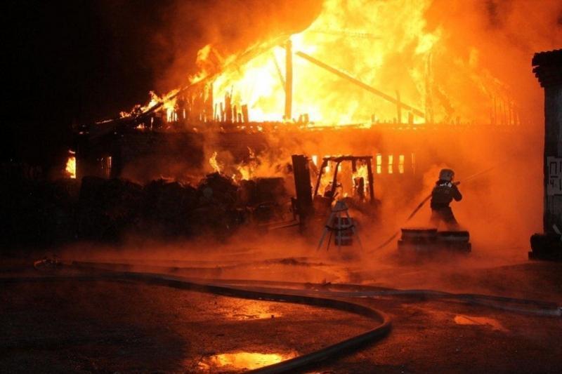 Павлодарские гвардейцы эвакуировали около 50 человек во время пожара в Астане