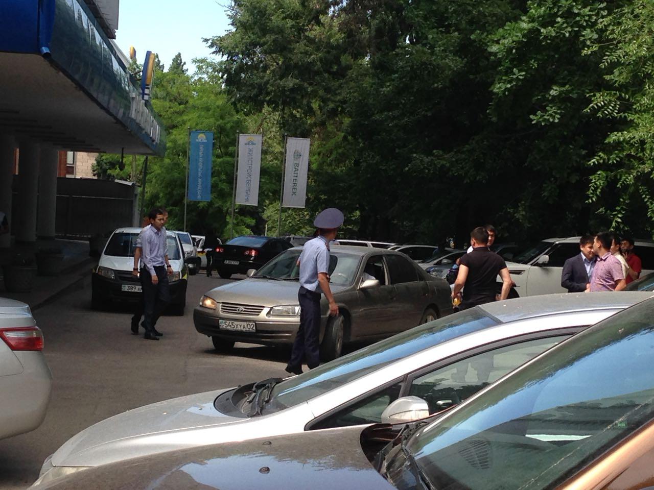 Алматыда банк ғимаратынан қызметкерлер шұғыл эвакуацияланып жатыр