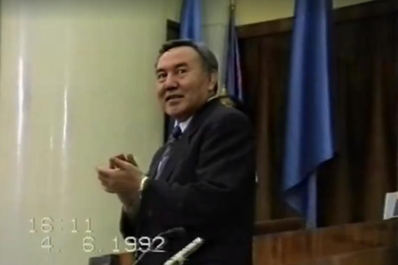 Архивное видео к 25-летию госсимволов РК опубликовала пресс-служба Президента