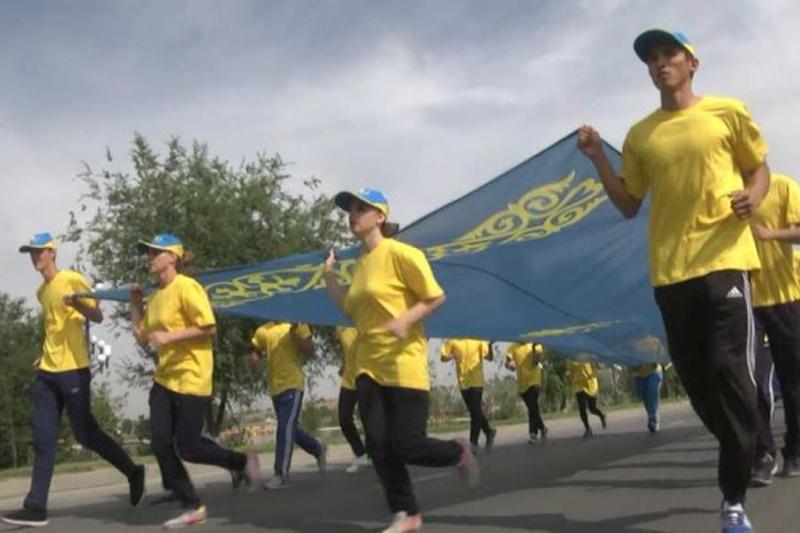 16-метровый флаг Казахстана пронесли по Шымкенту