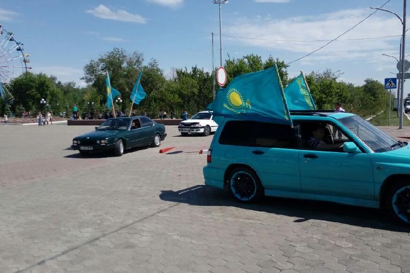 Автопробегом отметили День госсимволов в Кокшетау