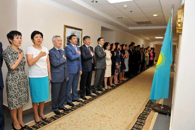 Около 5 тыс госслужащих одновременно исполнили государственный гимн