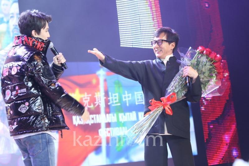 Джеки Чан и Димаш Кудайбергенов спели на китайском кинофестивале в Астане