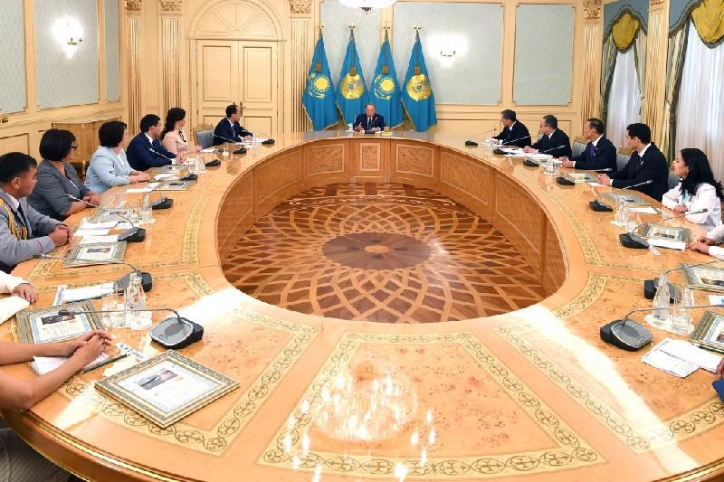 Нурсултан Назарбаев о госслужбе: Увольнения сократились в 2 раза
