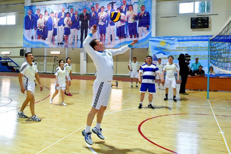 В волейболе соревновался с коллегами Кумар Аксакалов