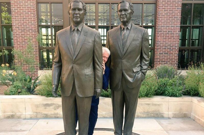 Билл Клинтон екі Буштың арасынан сығалап суретке түсті