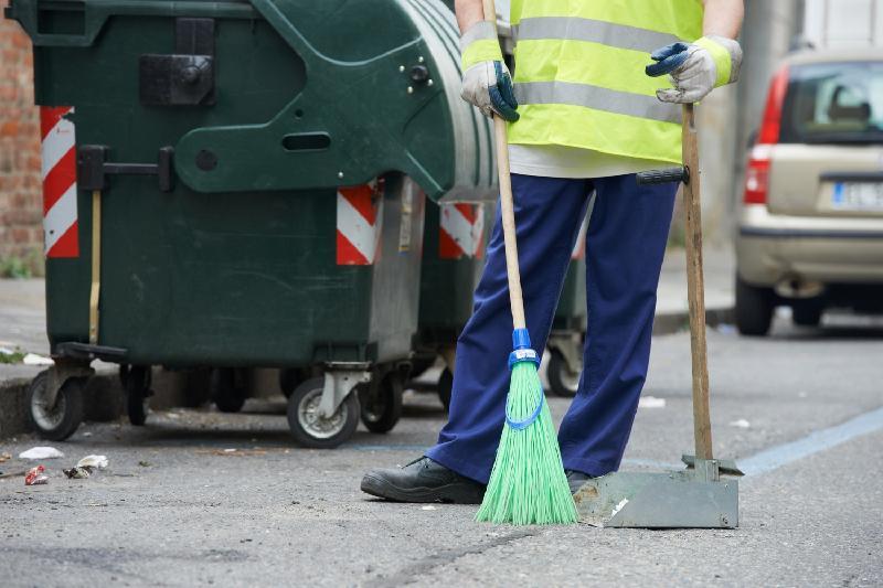 В Атырау из-за жары уборщики улиц переведены на ночной режим работы