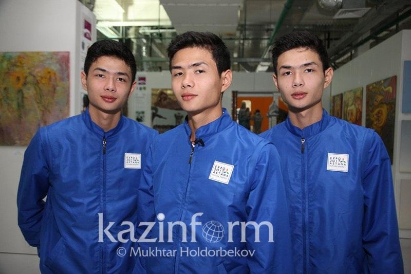Названные Президентом РК тройняшки работают волонтерами на ЭКСПО в Астане
