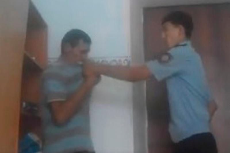 Освобожден под залог избивший педофила полицейский в Сатпаеве