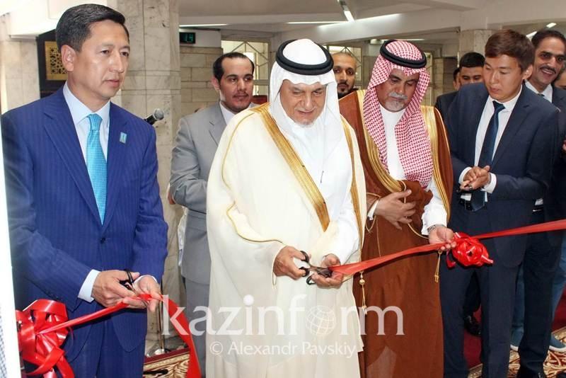 Королевское золотое оружие представили на выставке в Алматы