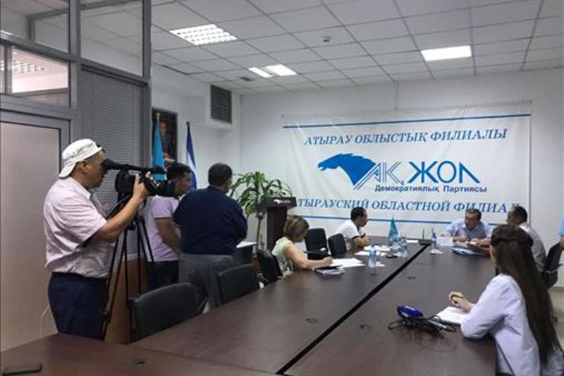 Депутат Кенес Абсатиров провел прием граждан в Атырау