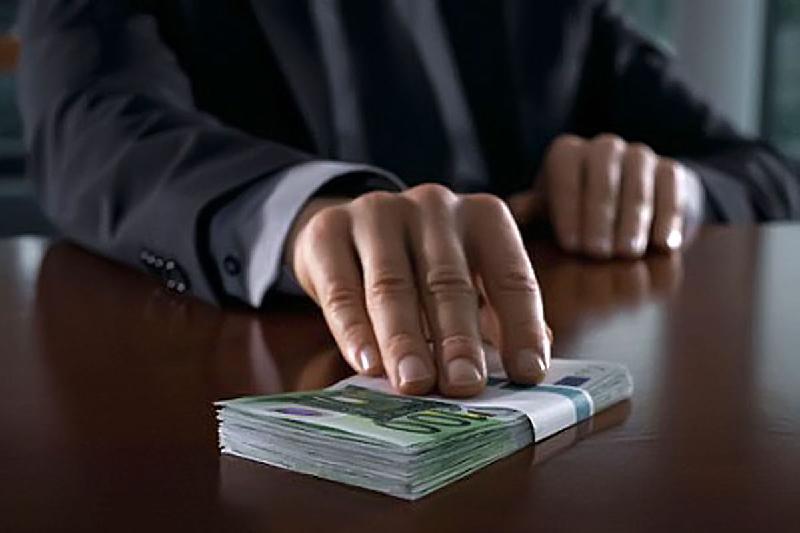 За взятку аким сельского округа выплатит 6,2 млн. тенге штрафа в Атырауской области