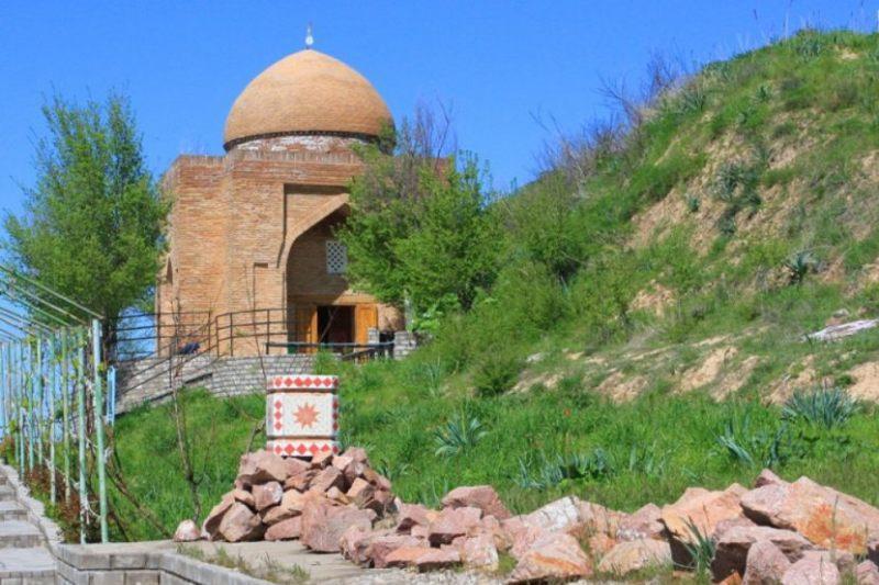 Ақтөбелік оқушылар Қазақстанның киелі жерлерін аралайды
