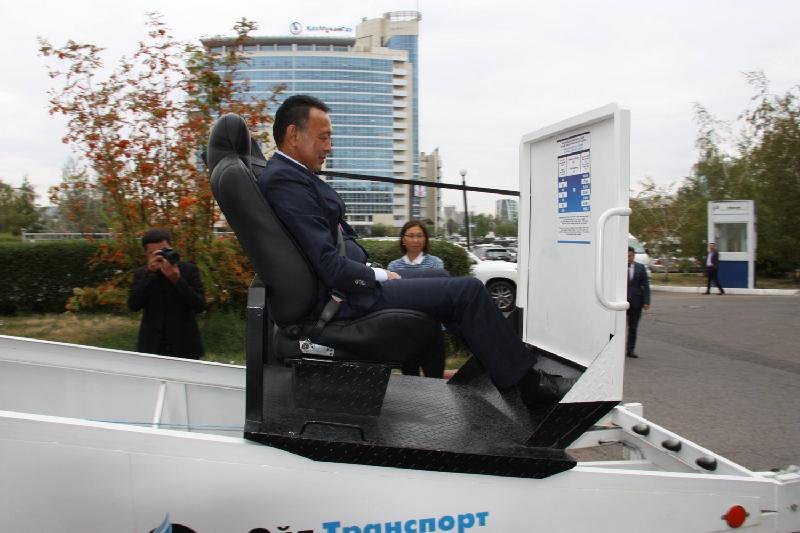 Сауат Мыңбаев қауіпсіздік белдігі симуляторын сынақтан өткізіп көрді