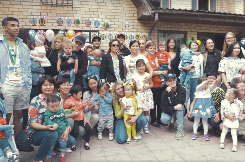 Артисты цирка дю Солей устроили праздник для детей с синдромом Дауна в Астане