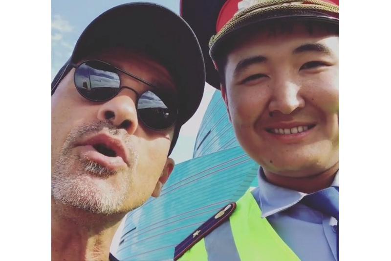 Эрос Рамазотти астаналық полицеймен бірге ән шырқады