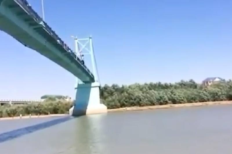 Ради видео молодой человек спрыгнул с моста в Атырау