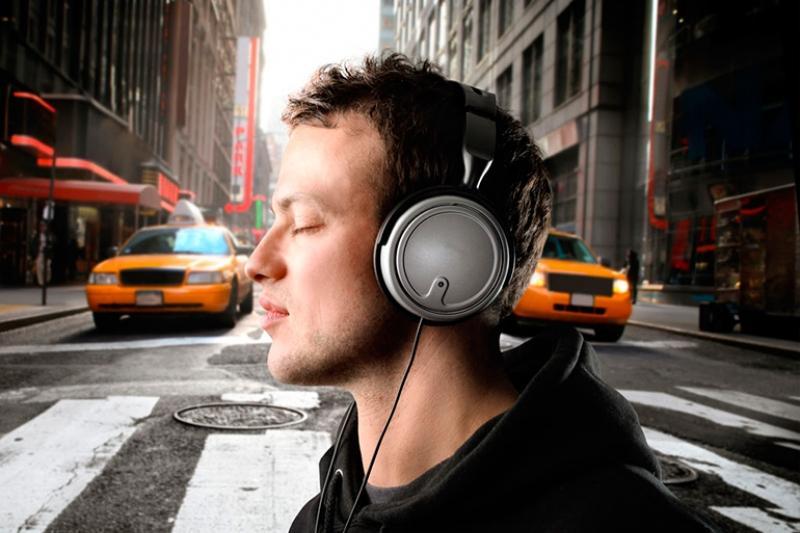 ВОЗ: более 1 млрд человек могут потерять слух из-за громкой музыки в наушниках