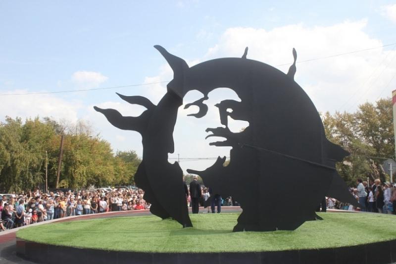 Монумент рок-звезде Виктору Цою открыли в Караганде