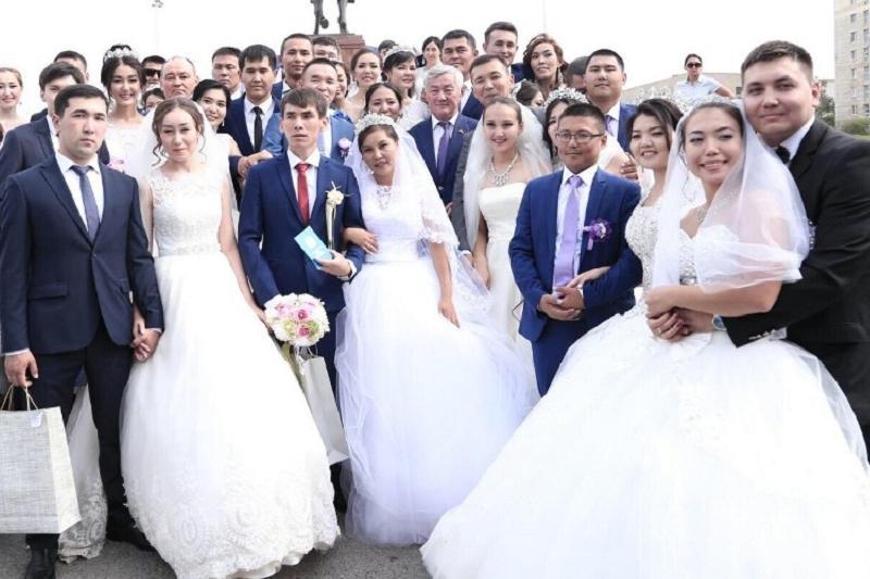 50 пар одновременно поженились в День Конституции в Актобе