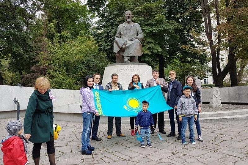 В Москве прошел флешмоб в честь Дня Конституции Казахстана
