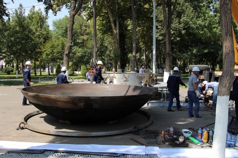 В Ташкенте установили казан весом в 8 тонн для приготовления плова