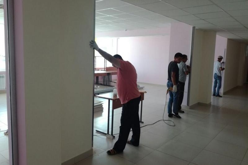 В перегруженных школах Атырау классы оборудуют в коридорах