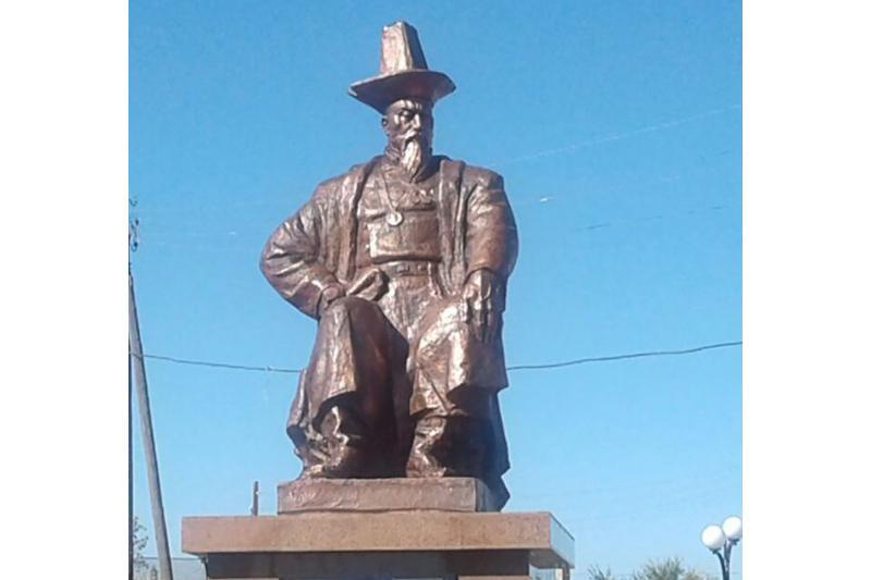 В Восточном Казахстане установили памятник отцу Абая - Кунанбаю