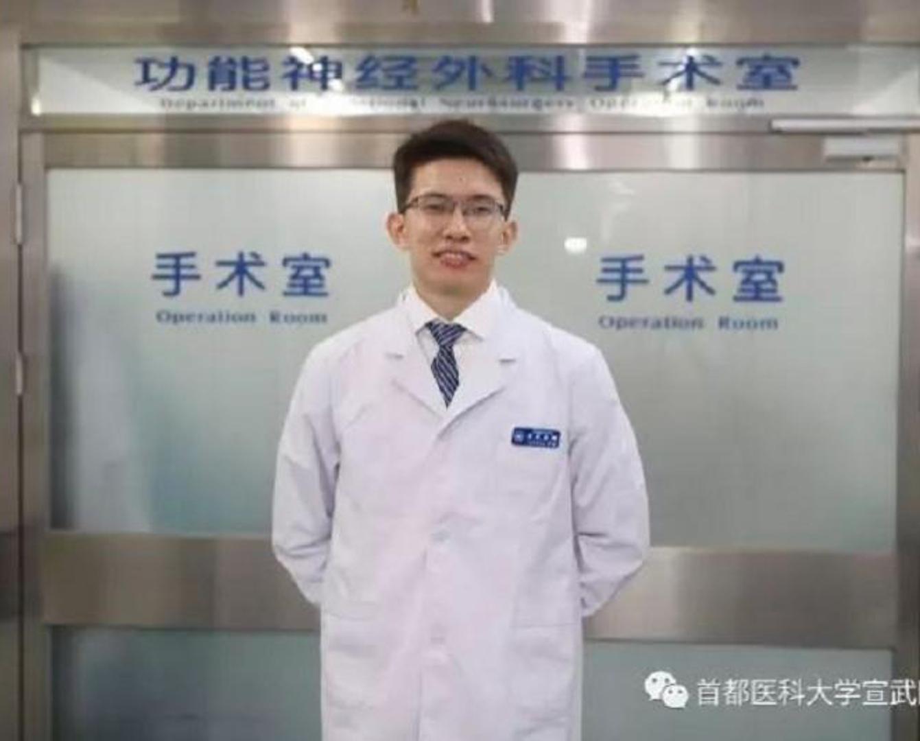 Казахстанский студент-медик спас пожилого китайца в пекинском метро